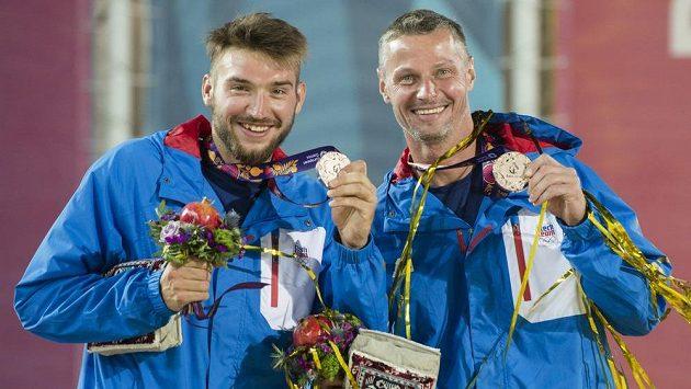 Plážoví volejbalisté Jan Hadrava (vlevo) a Přemysl Kubala s bronzovou medailí.