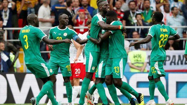 Senegalští fotbalisté slaví, Polák Thiago Cionek usměrnil v utkání MS míč do vlastní sítě.
