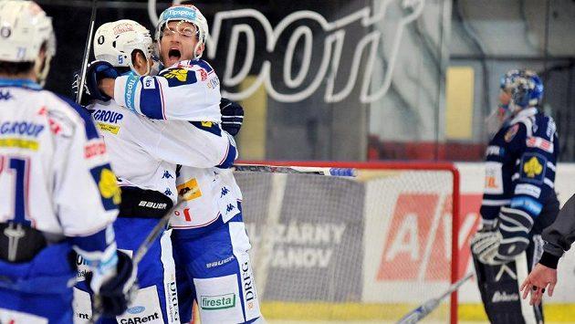 Útočník Komety Martin Dočekal (čelem) se raduje z gólu proti Vítkovicím.