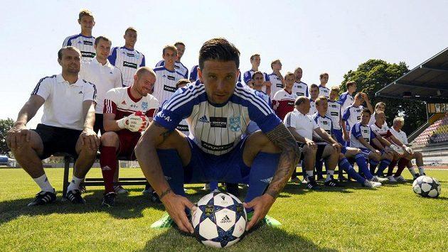 Tým prvoligového nováčka ze Znojma, v popředí je kapitán mužstva Todor Jonov.