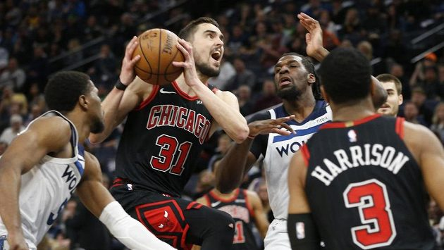 Basketbalista Chicaga Bulls Tomáš Satoranský (31) v utkání s Minnesotou. Na dlouho se asi nejen on na palubovce neobjeví.