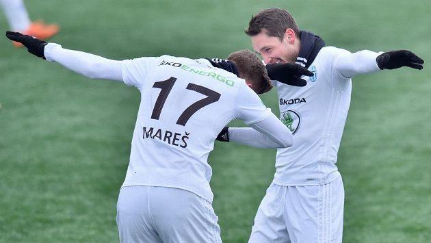 Adam Jánoš (vpravo) a Petr Mareš z Boleslavi oslavují tancem gól.