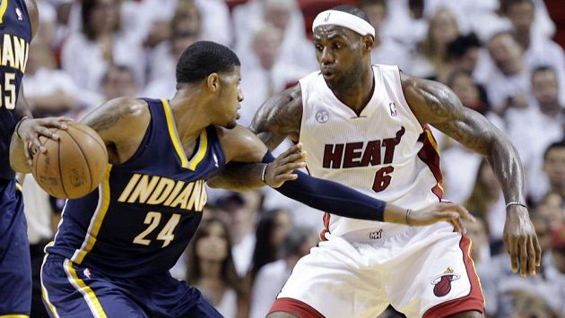 Hvězda Miami Heat LeBron James (6) brání Paula George (24) z Indiany Pacers.