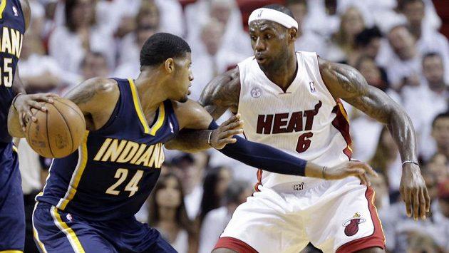Hvězda Miami Heat LeBron James (6) brání Paula George (24) z Indiany Pacers.