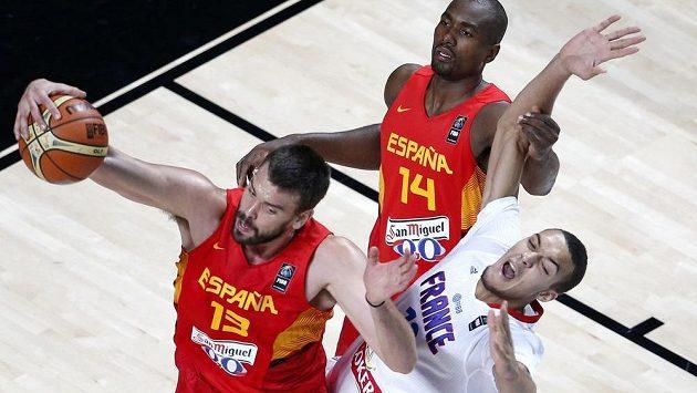 Španělský basketbalista Marc Gasol (vlevo) v souboji s Francouzem Rudym Gobertem. Vzadu přihlíží Španěl Serge Ibaka.