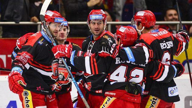 Hradecký útočník Tomáš Vincour (vlevo) slaví se spoluhráči gól.