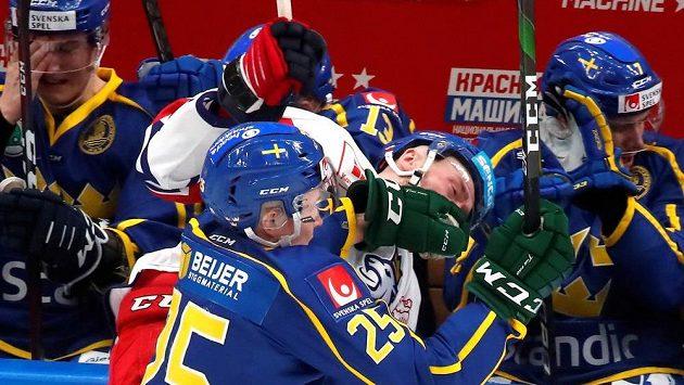 Jiří Sekáč v souboji se Švédy v utkání na Channel One Cupu.
