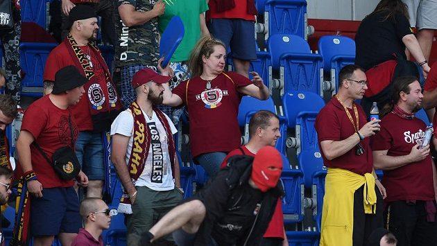 Fanoušci Sparty v Ostravě vylamovali sedačky a házeli je na ochranku a policisty.
