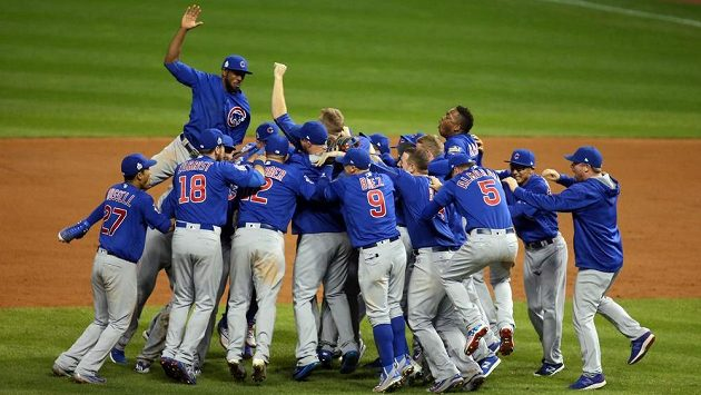 Radost baseballistů Chicago Cubs.