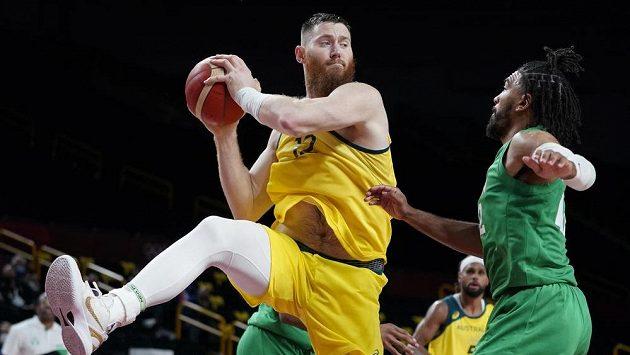 Australský basketbalista Aron Baynes (vlevo) v akci