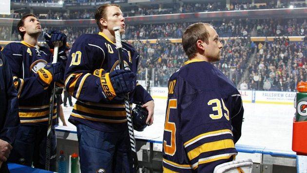 Záložní brankář Ryan Vinz (vpravo) asi netušil, že kancelářské křeslo někdy vymění za střídačku Sabres.