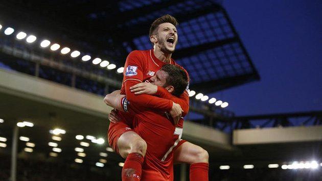 Fotbalisté Liverpoolu James Milner (dole) a Adam Lallana se radují z gólu v derby proti Evertonu.