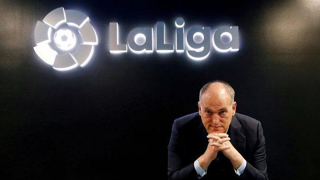 Prezident La Ligy Javier Tebas pózuje na tiskové konferenci před startem nového ročníku španělské fotbalové soutěže.