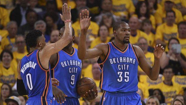 Russell Westbrook (0) z Oklahomy gratuluje spoluhráči Kevinu Durantovi (35).