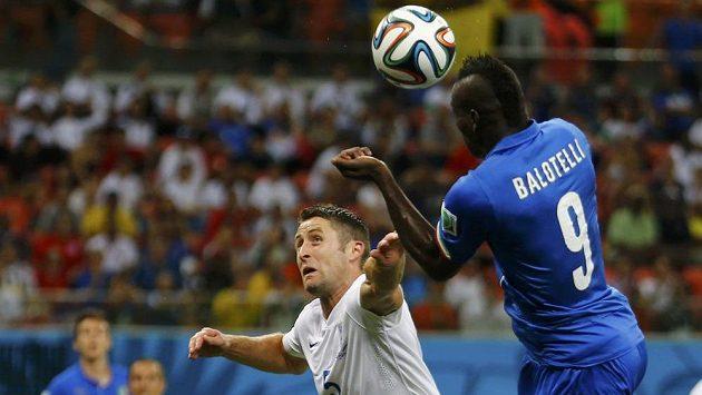 Marná snaha Garyho Cahilla (vlevo) ubránit Maria Balotelliho, jehož hlavička zajistila Itálii vedení 2:1.
