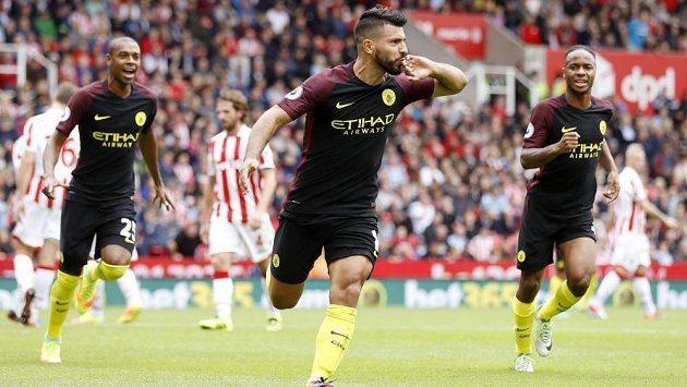 Útočník Manchesteru City Sergio Agüero slaví jeden ze svých dvou gólů na půdě Stoke City.