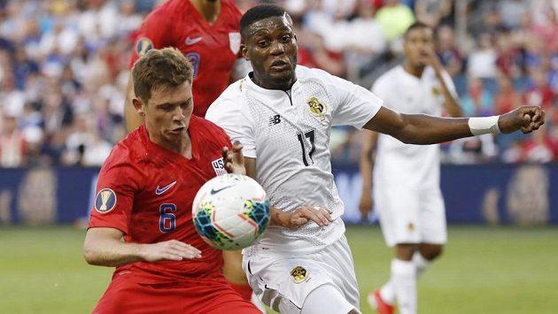 Záložník americké fotbalové reprezentace Wil Trapp (6) a panamský útočník Jose Fajardo (17) během utkání Zlatého poháru.