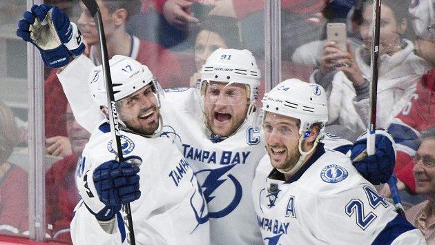 Kapitán Tampy Bay Lightning Steven Stamkos (uprostřed) a jeho spoluhráči Alex Killorn (17) a Ryan Callahan slaví vysoké vítězství 6:2 na ledě Montrealu.