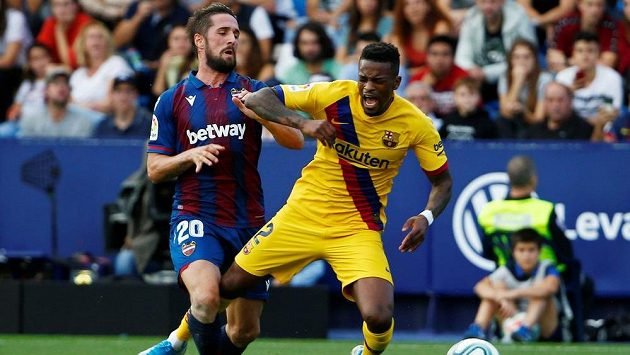 Barcelonský Nelson Semedo (vpravo) .