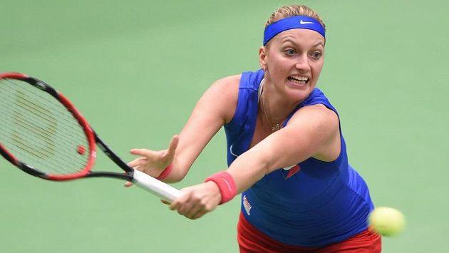 Česká tenistka Petra Kvitová během semifinále Fed Cupu proti Francouzce Mladenovicové.