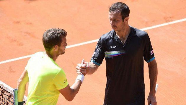 Český tenista Radek Štěpánek (vpravo) gratuluje Francouzi Mathieumu k postupu do druhého kola challengeru v Prostějově.