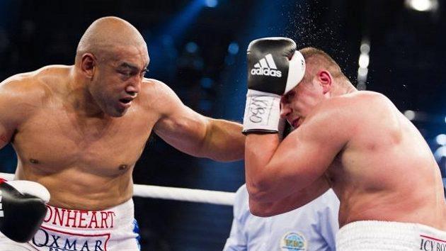 Australan Alex Leapai (vlevo) zasahuje ruského boxera Denise Bojcova.