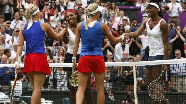 Dobojováno! Serena s Venus se u sítě zdraví s Andreou Hlaváčkovou a Lucií Hradeckou (vlevo).