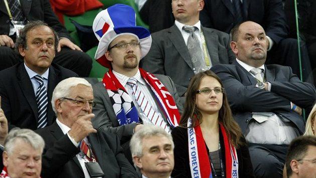 Zleva Prezdient UEFA Michel Platini, český ministr dopravy Pavel Dobeš a Miroslav Pelta, šéf FAČR.