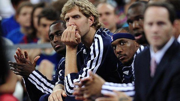 Dirk Nowitzki (uprostřed), hvězda basketbalistů Dallasu, začátek sezóny NBA nestihne