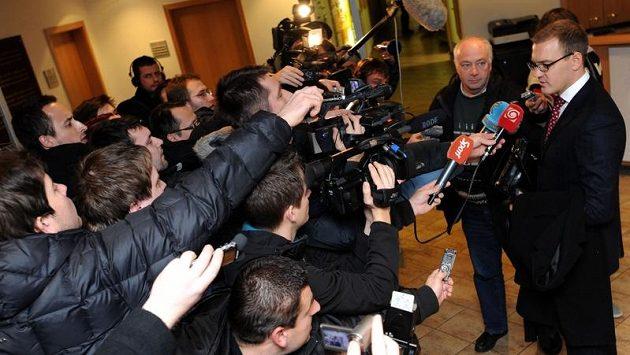 Daniel Křetínský hovoří s novináři o údajných důkazech o korupci v českém fotbale.
