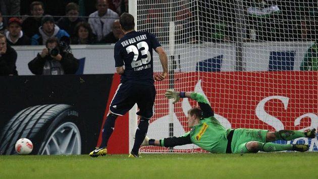 Nizozemský záložník Rafael van der Vaart z Hamburku neproměnil v zápase proti Borussii Mönchengladbach pokutový kop.