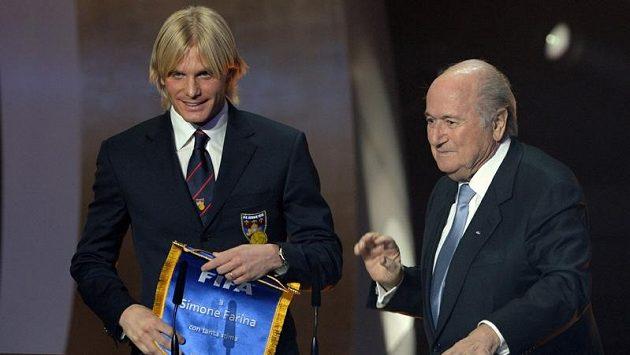 Italský fotbalista Simone Farina (vlevo) a šéf FIFA Sepp Blatter.