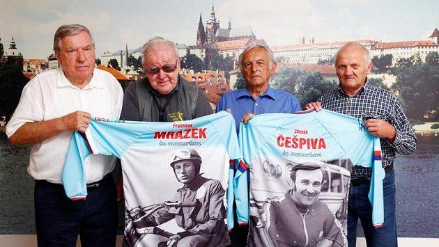 Žijící kvarteto šampionů z El Escorialu spamětními dresy již zesnulých parťáků (zleva) Josef Fojtík, Jaroslav Bříza, Květoslav Mašita a Petr Čemus.