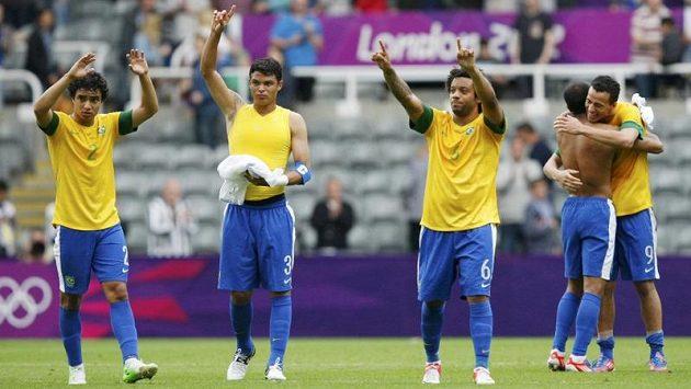 Brazilci (zleva doprava) Rafael, Tiago Silva, Marcelo and Leandro Damiao oslavují vítězství nad Hondurasem a postup do semifinále olympijského fotbalového turnaje.