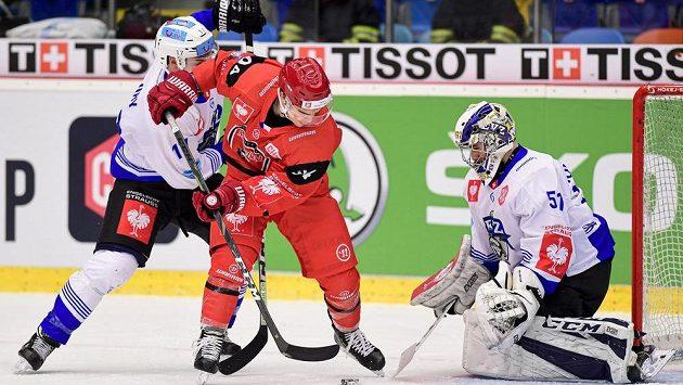 Thomas Thiry z Zugu, Jordann Perret z Hradce Králové a brankář Zugu Luca Hollenstein během úvodního duelu čtvrtfinále Ligy mistrů - ilustrační foto.