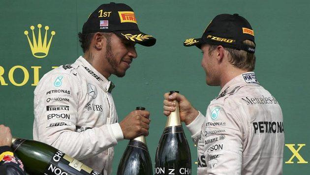 Přípitek rivalů. Lewis Hamilton a Nico Rosberg na stupních vítězů po Grand Prix USA.