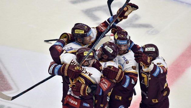 Hráči Jihlavy se radují z gólu proti Mladé Boleslavi.