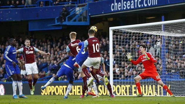 Ben Mee (6) z Burnley překonává gólmana Chelsea Thibauta Courtoise.