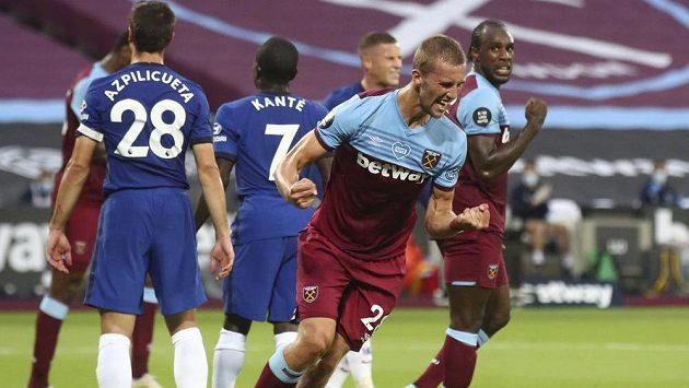 Český záložník Tomáš Souček dal svůj první gól v anglické fotbalové lize a pomohl West Hamu k vítězství 3:2 v londýnském derby s Chelsea.