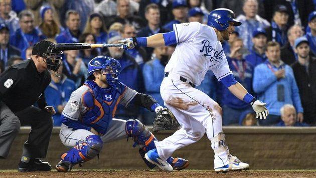 Ze druhého utkání Světové série MLB. V akci na pálce levý polař Alex Gordon z Kansas City Royals.
