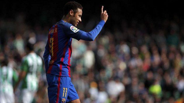 Barcelonský Neymar gestikuluje během zápasu na hřišti Betisu, kde nebyl spokojený s výroky rozhodčích
