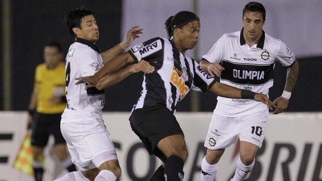 Největší hvězda Atlétika Mineiro Ronaldinho (uprostřed) bojuje o míč s Lorenzem Arandou (vlevo) a Juanem Salgueirem z paraguayské Olimpie.