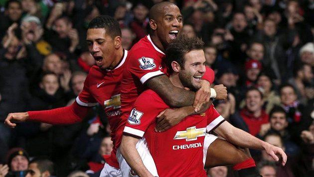 Záložník Juan Mata (vpravo) se raduje se spoluhráči Ashleym Youngem a Chrisem Smallingem (vlevo) z gólu proti Stoke.