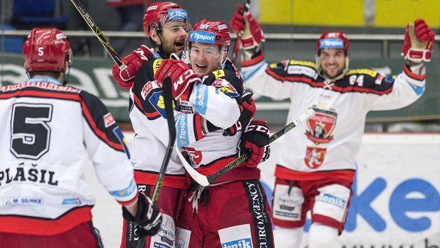 Královéhradecký útočník Rudolf Červený (třetí zleva) slaví se spoluhráči gól proti Mladé Boleslavi v úvodním čtvrtfinálovém duelu play off.