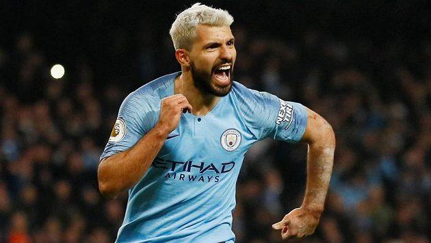 Hvězda Manchesteru City Sergio Agüero slaví gól poté, co proměnil penaltu.