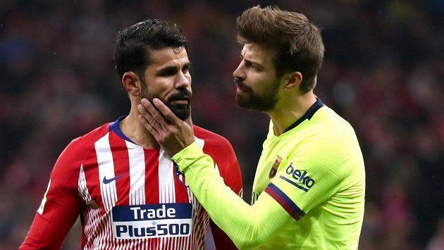 Dvě velké postavy španělského fotbalu - útočník Diego Costa (vlevo) z Atlétika Madrid a stoper Gerard Pique z Barcelony.