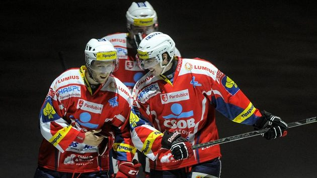 Pardubičtí hokejisté se radují z gólu proti Karlovým Varům. Zleva útočník Radoslav Tybor (vlevo) a obránce Karol Korím.