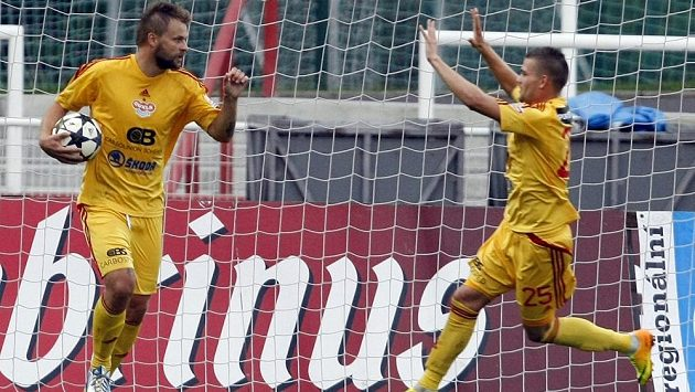Zbyněk Pospěch z Dukly (vlevo) se raduje z branky proti Brnu v zápase 8. kola fotbalové Gambrinus ligy.