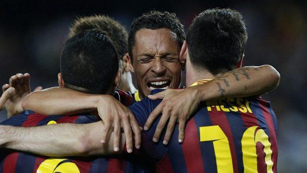 Fotbalisté Barcelony Alexis Sanchez (vlevo), Lionel Messi (vpravo) a Adriano Correia se radují z gólu.