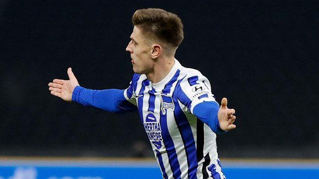Krzysztof Piatek z Herthy se raduje z gólu v berlínském derby.